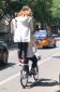 就想问问,这德行的,如果骑着骑着摔着了,是不是还得找共享单车赔钱呢?