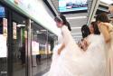 新人坐地铁去酒店结婚