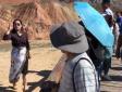 欠抽!一女游客翻越张掖七彩丹霞景区护栏去拍照,工作人员喊了多次不出来