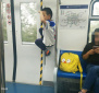 地铁13号线上实拍一幕,孩子在车厢里大喊大叫,当妈的一直玩手机也不管…
