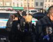"""纽约一白人女子大骂乘客""""臭中国佬"""" 被热心人制服送警"""