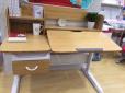 望京凯德四层护童专柜为孩子们准备了能升降学习桌椅,