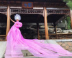 小伙把塑料膜穿出婚纱气质,引发国际时尚圈的关注!