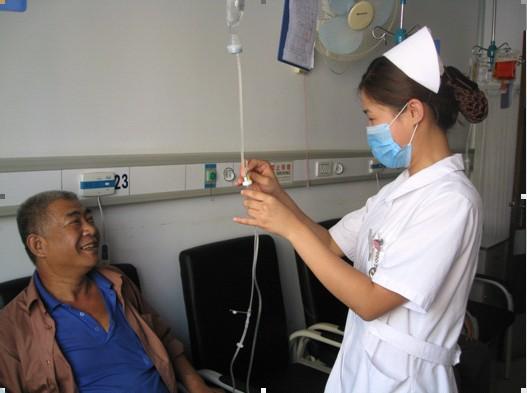 中心护士为中老年患者进行健康教育