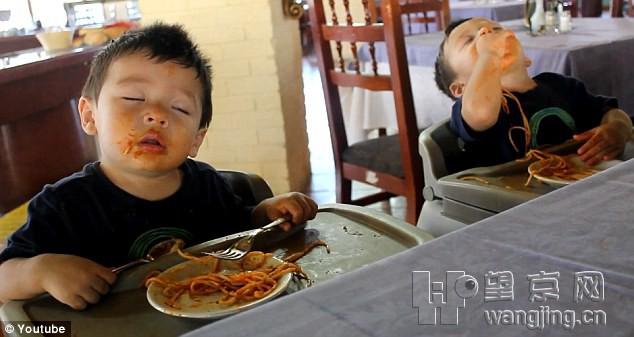 边睡觉边吃饭的双胞胎男孩