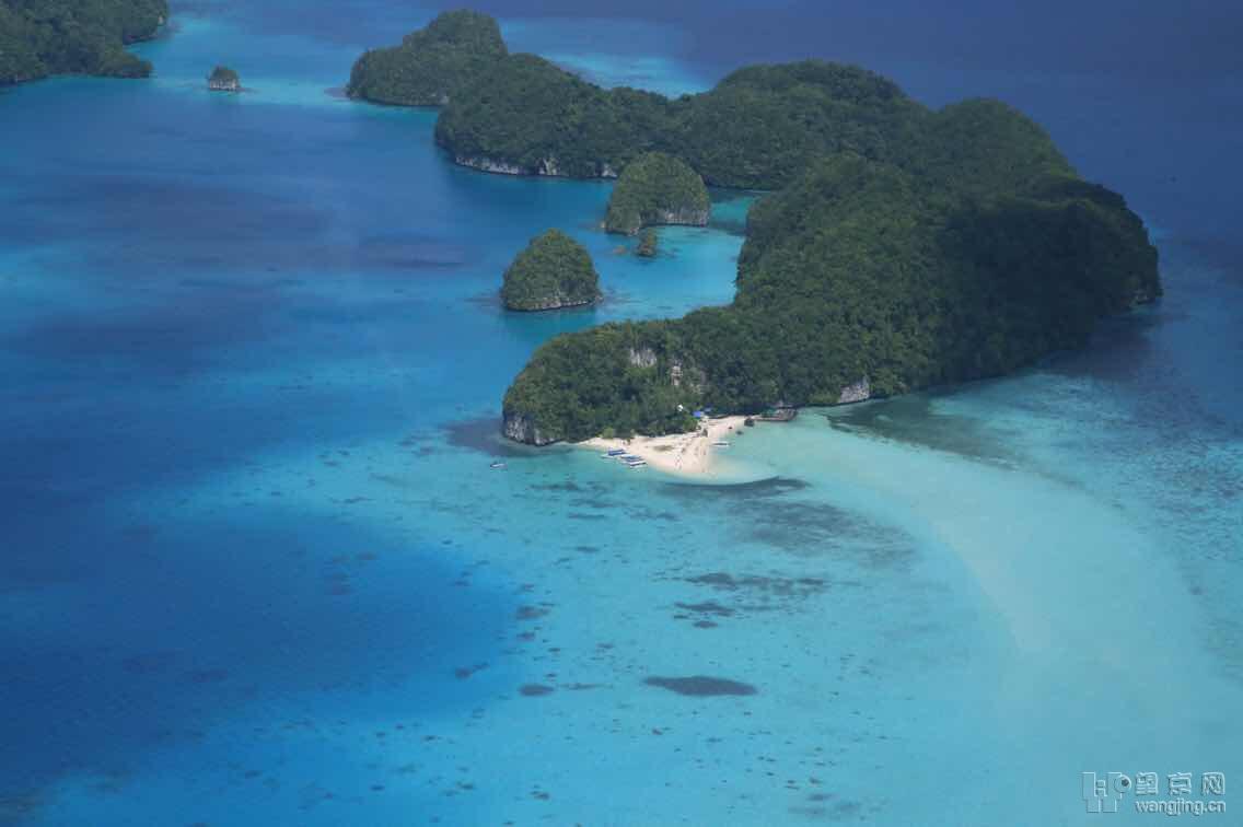 帕劳国土面积450平方公里,大部分是海,300个左右岛屿组成,住人的只